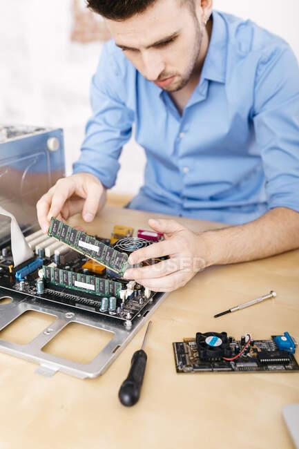 Techniker repariert einen Desktop-Computer und ändert den Arbeitsspeicher des Computers — Stockfoto