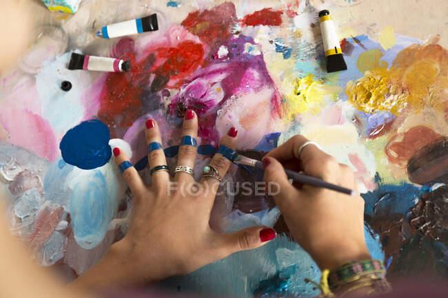 Жінка малює пальцями. — стокове фото