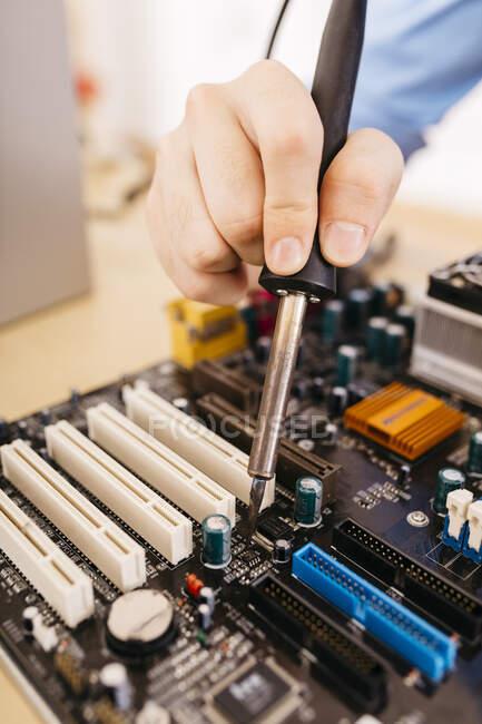 Зблизька техніки ремонт настільного комп'ютера, парування компонента з оловом — стокове фото