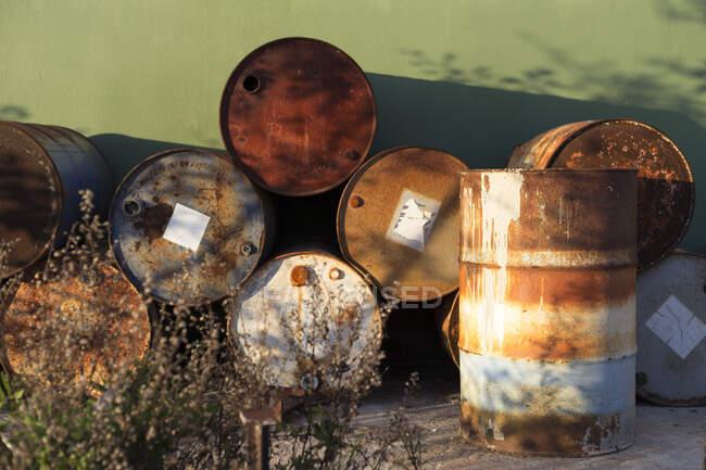 Barili arrugginiti in un deposito di rottami — Foto stock