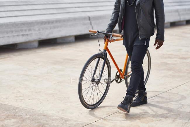 Людина з велосипедом на набережній. — стокове фото