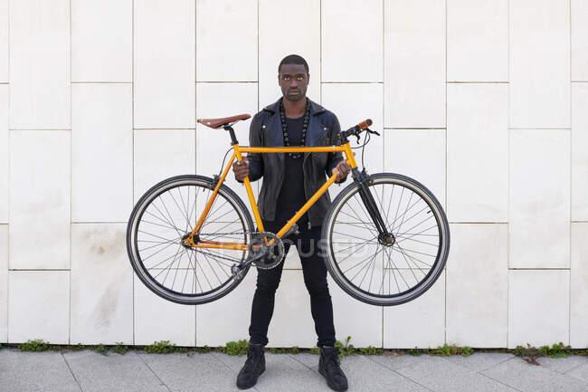Чоловік тримає велосипед. — стокове фото