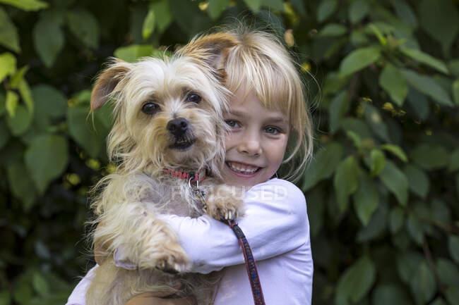 Retrato de niña feliz con su perro - foto de stock