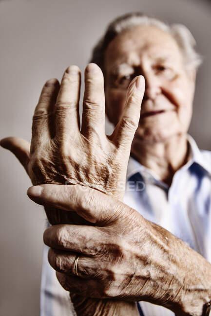 Руки старшини, зблизька. — стокове фото