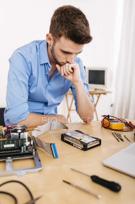 Технік ремонтує настільний комп