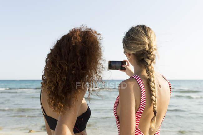Migliori amici che si fanno un selfie in spiaggia — Foto stock