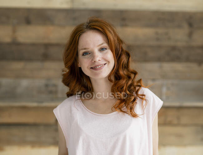 Portrait of smiling redheaded woman — Stock Photo
