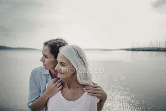 Мать и дочь проводят день на море — стоковое фото