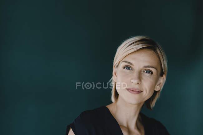 Porträt einer blonden Frau — Stockfoto