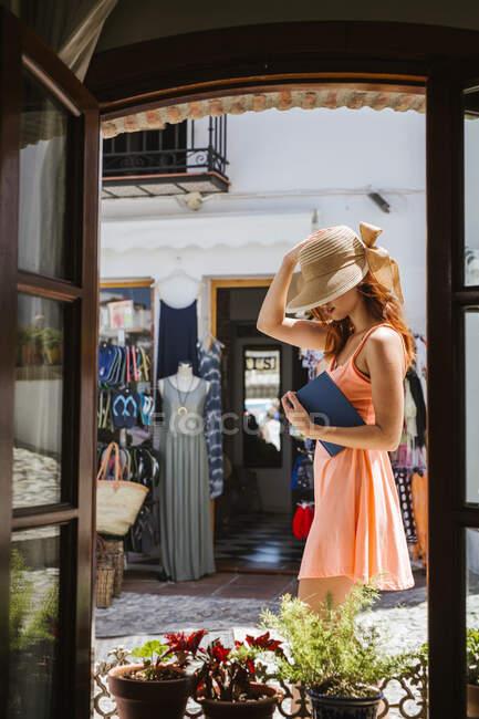 Модная молодая туристка в очках, видимая изнутри, Фриджилиана, Малага, Испания — стоковое фото