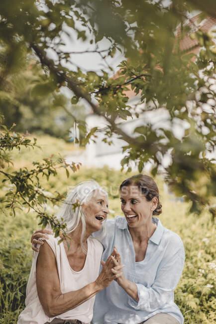 Мать и дочь проводят время вместе на природе — стоковое фото