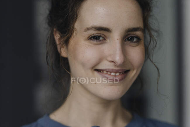 Portrait of smiling young woman with brown eyes — Stock Photo