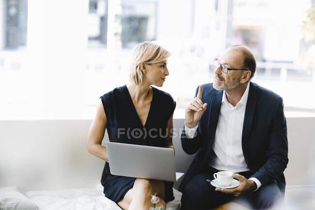 Бізнесмен і жінка сидять у кав
