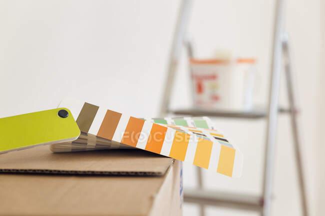 Колір на картонній коробці у порожній кімнаті. — стокове фото