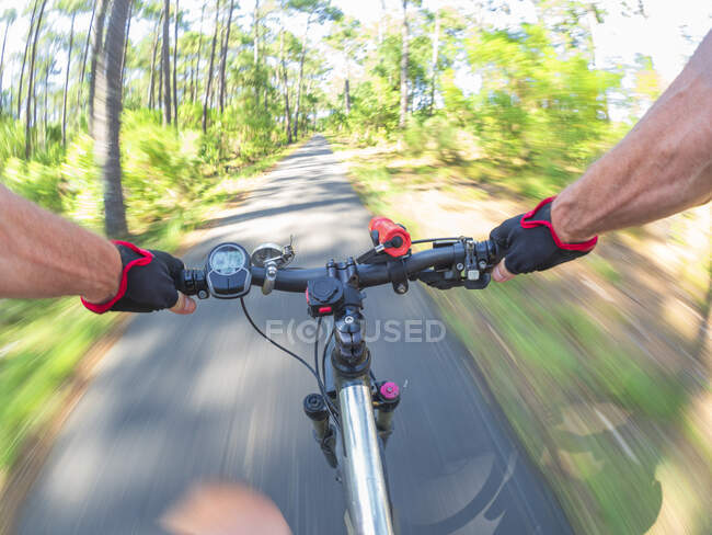 Франція, Ландес, старший чоловік на електронному велосипеді в лісі. — стокове фото