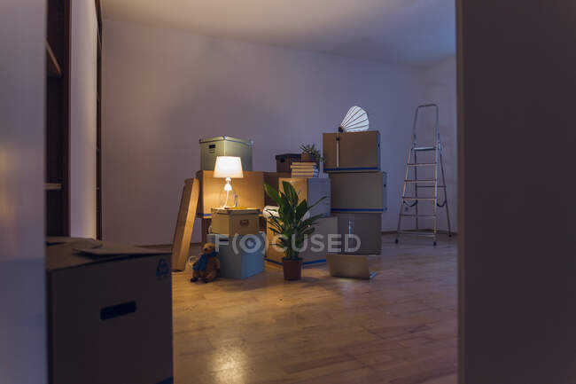 Cardboard boxes in an empty room in a new home — Stock Photo