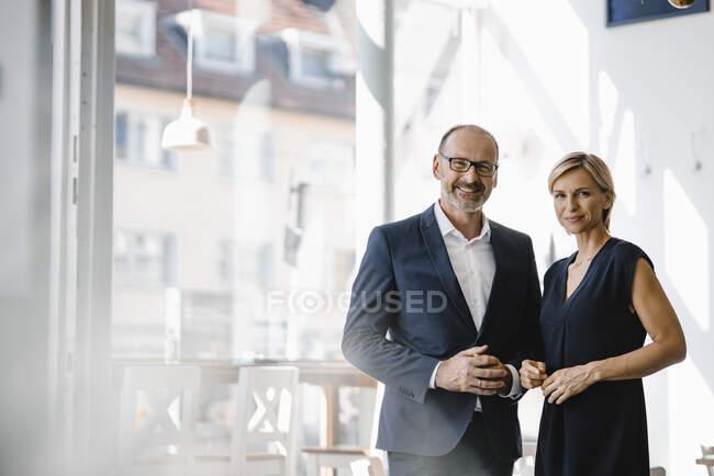 Portrait d'un homme et d'une femme d'affaires confiants — Photo de stock