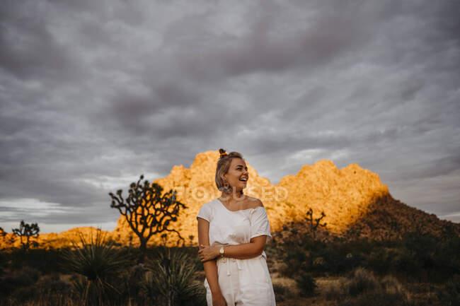Mujer feliz en el Parque Nacional Joshua Tree, California, EE.UU. - foto de stock