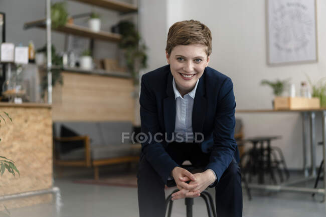 Portrait of confident businesswoman sitting in a cafe — Stock Photo