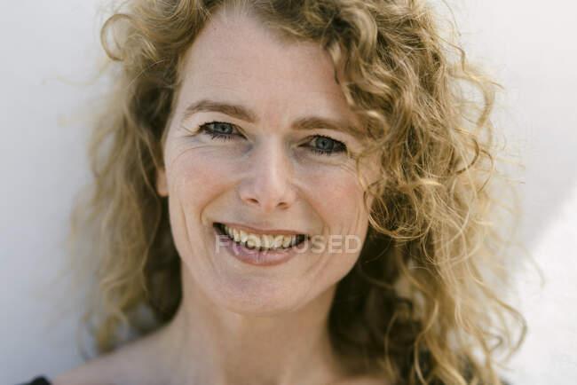Портрет улыбающейся зрелой женщины с — стоковое фото