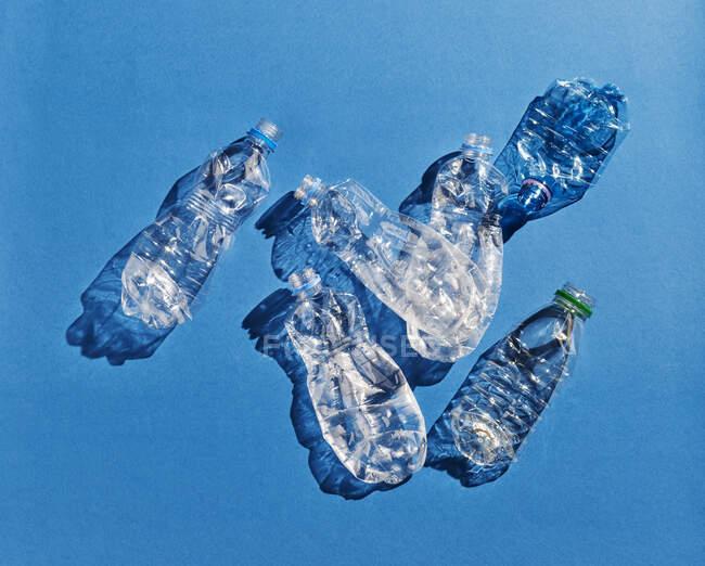 Frascos de plástico sobre fondo azul - foto de stock