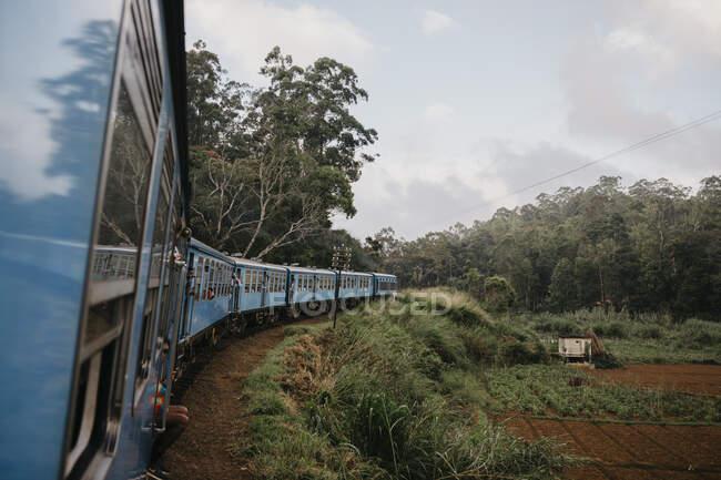 Treno in movimento per campo agricolo in Sri Lanka contro il cielo — Foto stock