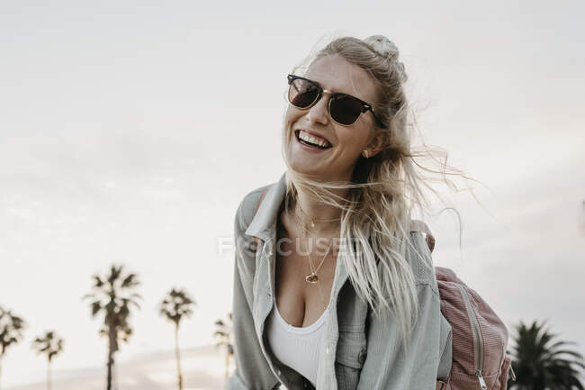 Happy young woman on the beach, Venice Beach, California, USA — Stock Photo