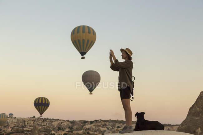 Jeune femme et ballons d'air chaud, Goreme, Cappadoce, Turquie — Photo de stock