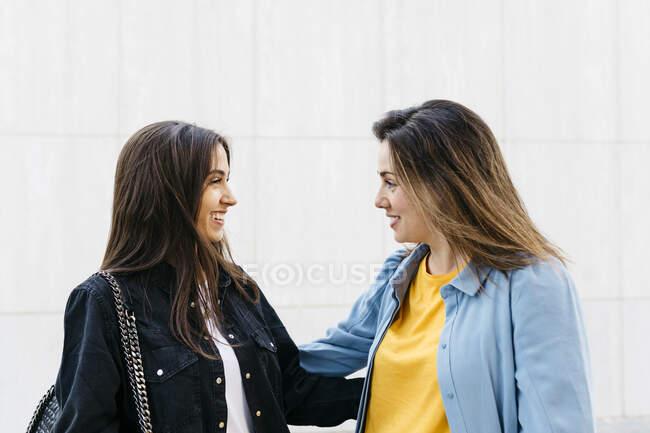 Дві жінки говорять за покупками. — стокове фото