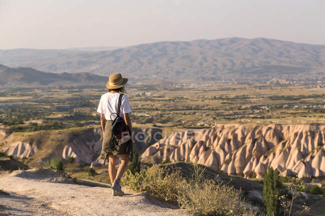 Woman walking to viewpoint near Uchisar, Cappadocia, Turkey — Stock Photo