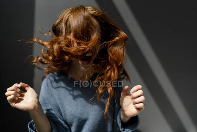 Mulher ruiva gritando e se movendo — Fotografia de Stock