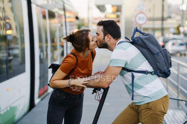 Coppia baci alla fermata del tram — Foto stock
