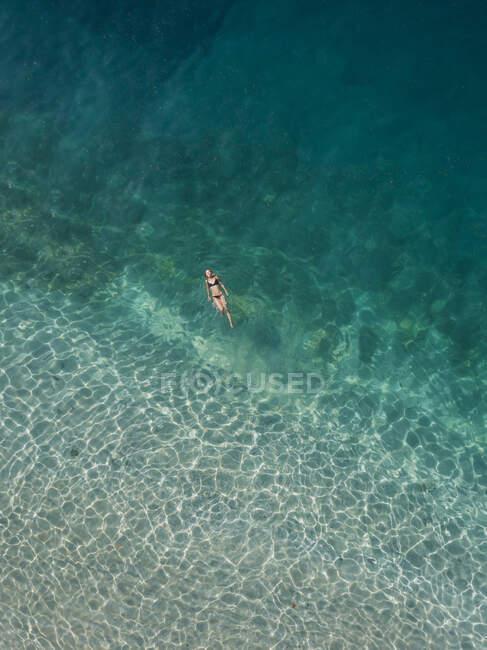 Donna galleggiante in mare, Gili Air, Isole Gili, Indonesia — Foto stock