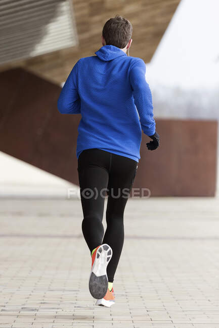 Visão traseira do corredor correndo em uma rua — Fotografia de Stock