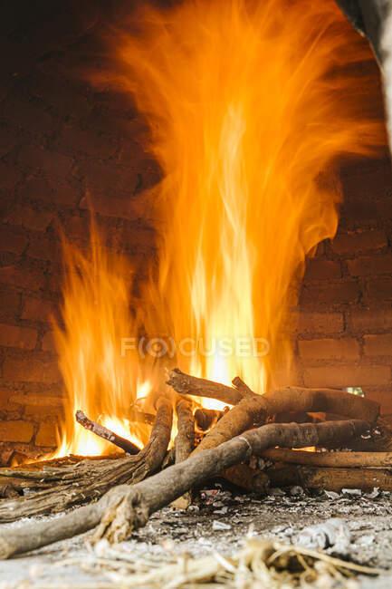 Bois de chauffage dans un poêle à bois — Photo de stock