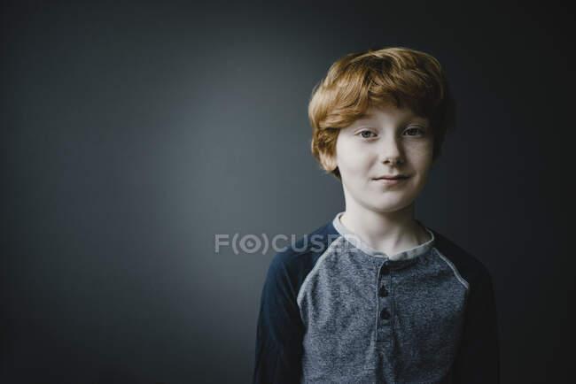 Portrait de garçon rousse souriant — Photo de stock