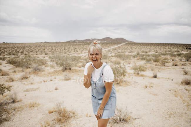 Ritratto di giovane donna ridente nel paesaggio desertico, Joshua Tree National Park, California, USA — Foto stock