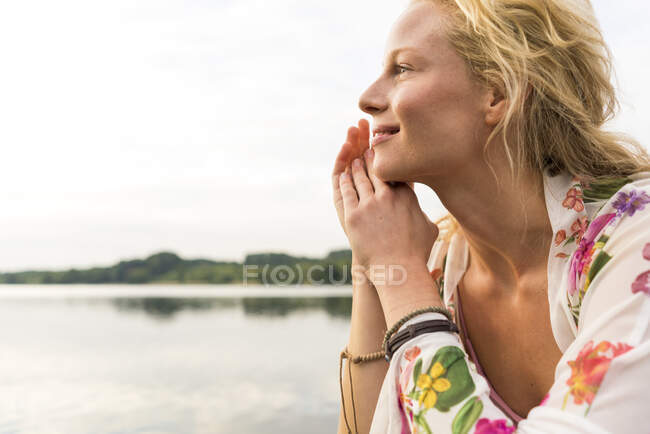 Портрет усміхненої молодої жінки біля озера. — стокове фото
