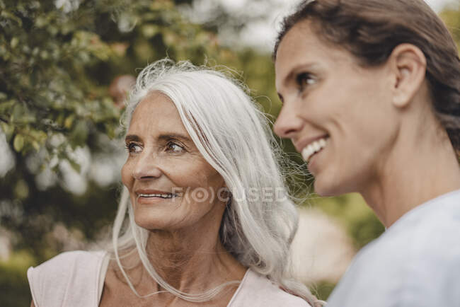 Мати і дочка проводять разом час у природі, портреті. — стокове фото