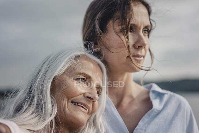 Мати з донькою провели день у морі, портрет. — стокове фото