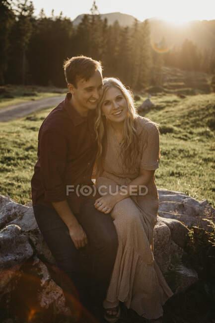 Щаслива молода пара під час прогулянки на заході сонця влаштувала перерву в Шваегальпі (Нессау, Швейцарія). — стокове фото