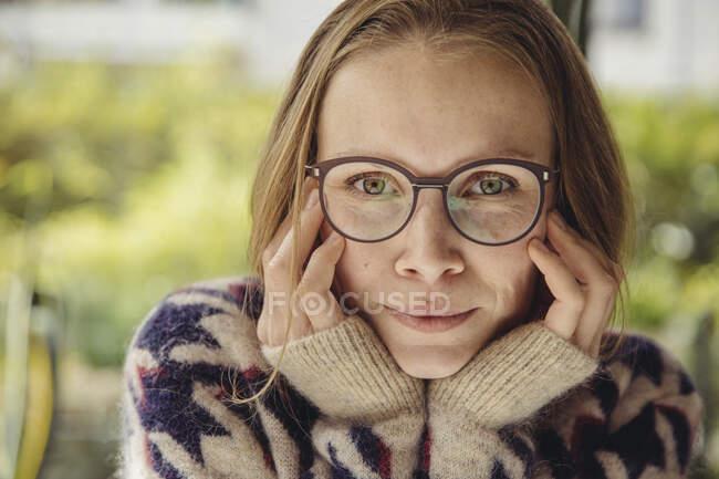 Портрет молодої жінки з окулярами у багнистому светрі. — стокове фото
