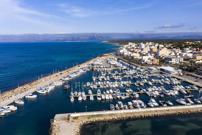 Spagna, Maiorca, Veduta aerea delle barche ormeggiate nel porto turistico di Can Picafort — Foto stock