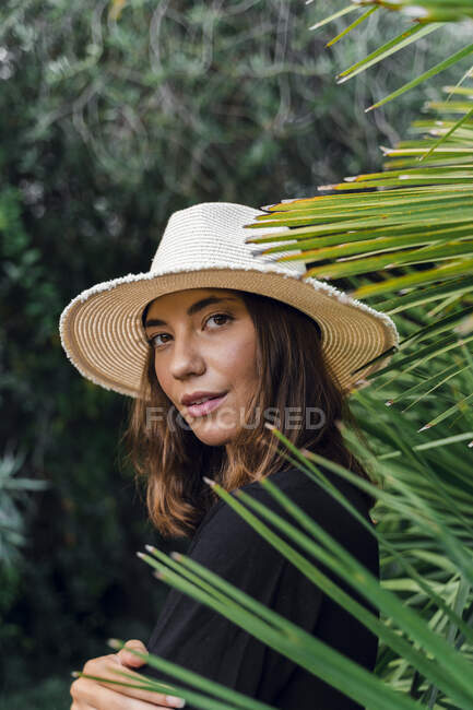 Portrait of young woman wearing summer hat — Stock Photo