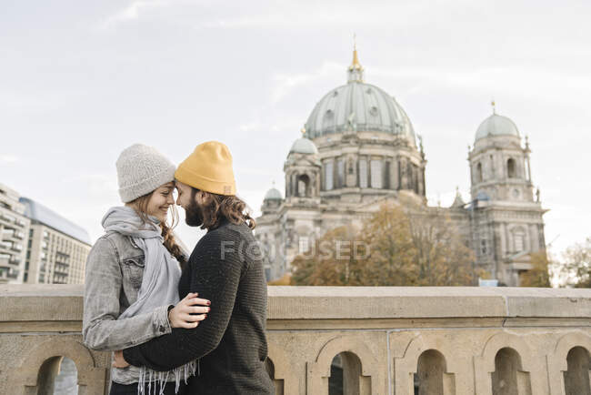 Young couple embracing with Berlin Cathedral in background, Berlin, Germany — Stock Photo