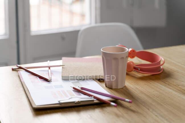 Escritorio en una oficina creativa - foto de stock