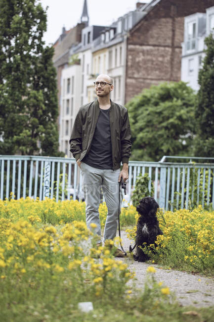 Чоловік і його собака у парку. — стокове фото