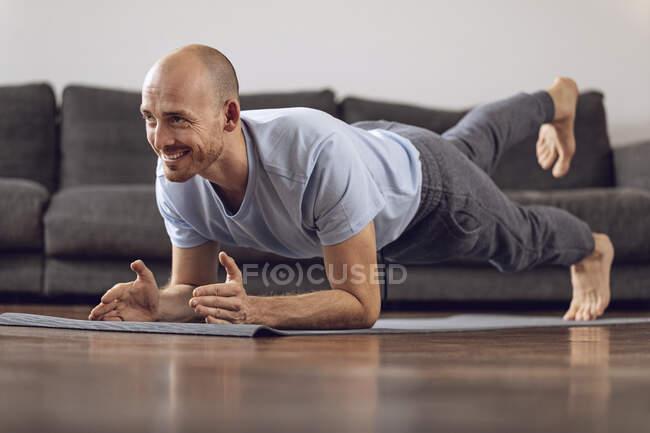 Мужчина занимается гимнастикой дома — стоковое фото