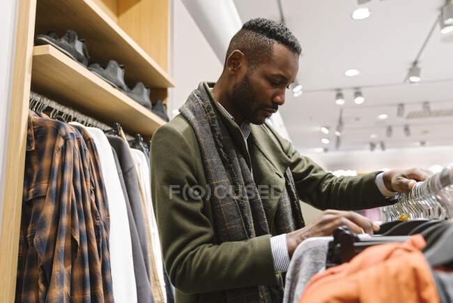 Купуйте одяг у магазині. — стокове фото
