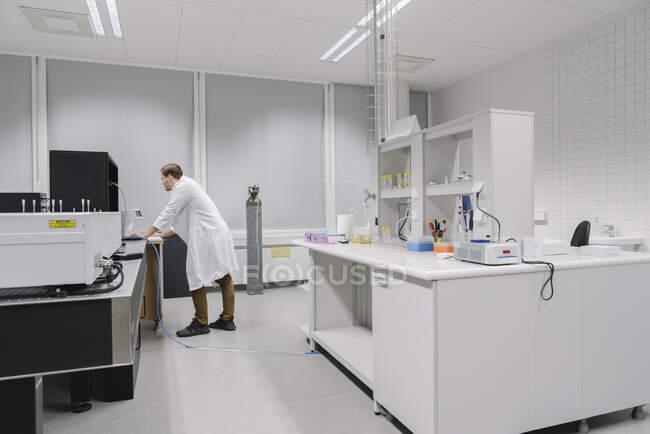 Cientista trabalhando em laboratório de centro de tecnologia — Fotografia de Stock
